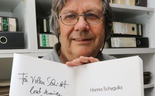 Volker Schmidt zeigt in seinem Archiv einen Katalog, signiert von Hanna Schygulla.