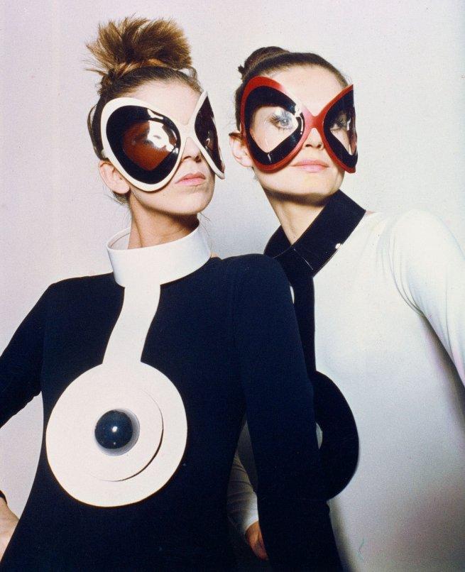Bullaugensonnenbrillen und Vinylkrägen, 1970, Archives Pierre Cardin