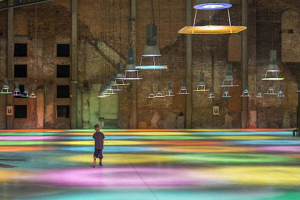 Ayşe Erkmen, Glassworks, Installationsansicht, Cadhame Halle Verriere, Meisenthal, Frankreich, 2015 © Ayşe Erkmen