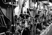 Seitenansicht der neuen Papiermaschine von 1979 mit Blick auf die dampfbeheizten Trockenzylinder © Karl Heinz Rothenberger