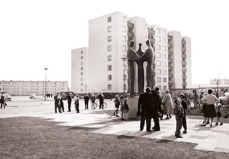 """Seff Weidl: Skulptur """"Einigkeit"""" in der Gartenstadt Vahr, Bremen, 1959 (Foto: Hamburgisches Architekturarchiv)"""