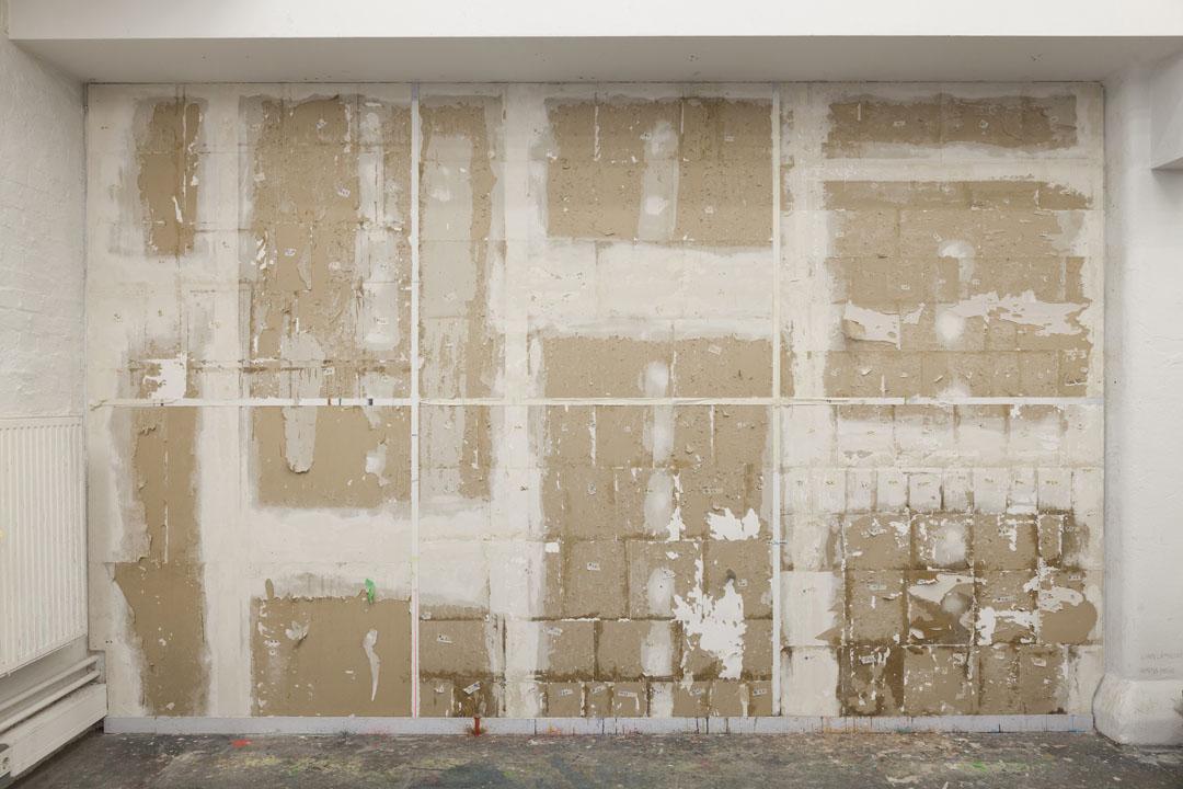 Amina Brotz,Wandstück III, 2016, Überreste von Acryl, Öl, Gaze, Baumwolle, Plastikfolie, Kreppband, Knochenleim, Hasenleim, Gummi Arabicum, Rigipsplatten, 279 x 440, Foto: Sara Förster