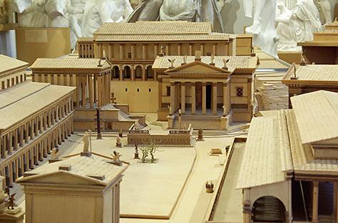 Modell des kaiserzeitlichen Forum Romanum (um 10 n. Chr.) mit Blick auf die Rostra (Rednertribüne), den Concordia-Tempel dahinter und das Tabularium (Staatsarchiv) im Hintergrund. Bildnachweis: Antikensammlung der FAU Erlangen