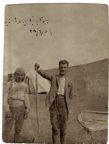 Foto von Faek Borkhoche mit einer Schlange in der Hand, 12. Juni 1929. Mit freundlicher Genehmigung von Arlette Borkhoche Tabet und des Künstlers
