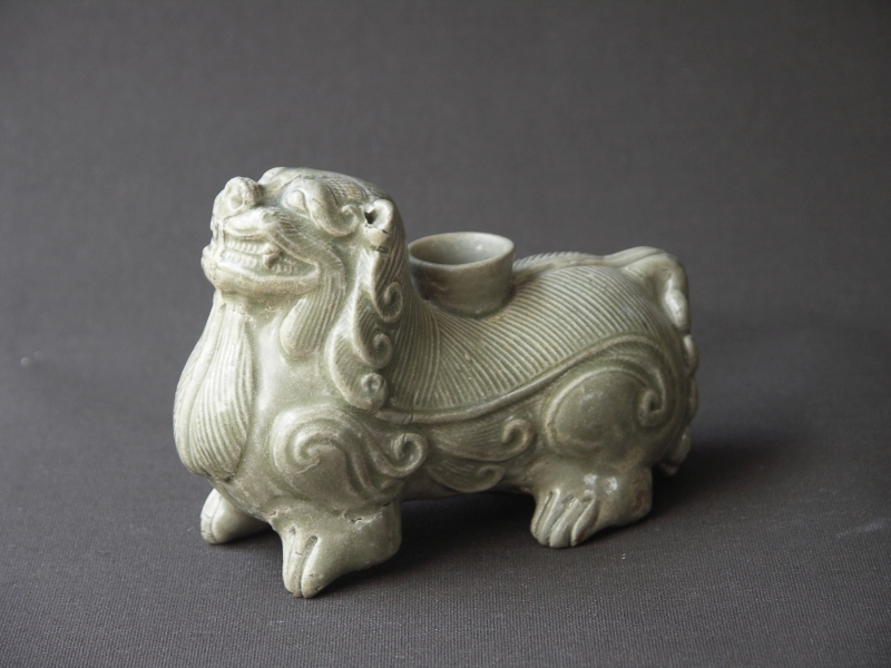 Kerzenhalter in Form eines Löwen (oder Bixie), Proto-Seladon, China, Westliche Jin-Dynastie (221-316). Foto: Paul Altmann