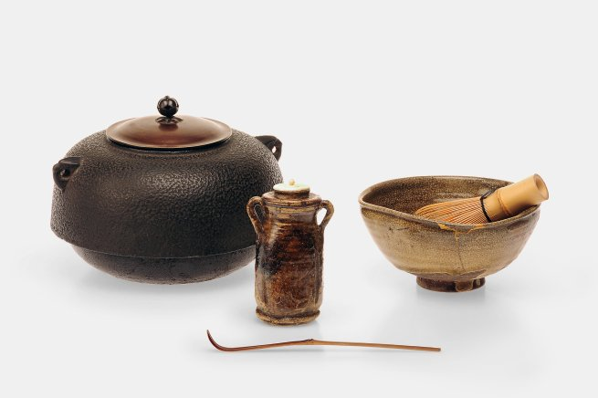 Teegerätschaften: Wasserkessel, Teeschale mit Bambusbesen, Teedose und Teelöffel für die Teezeremonie, Museum für Kunst und Gewerbe Hamburg, Foto: Jörg Arend