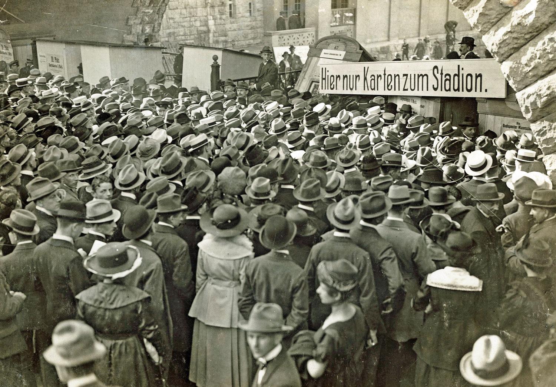 Zuschauermassen am Eingang des Deutschen Stadions vor einem Fußballspiel, 3. Mai 1931 © Archiv Hertha BSC Berlin