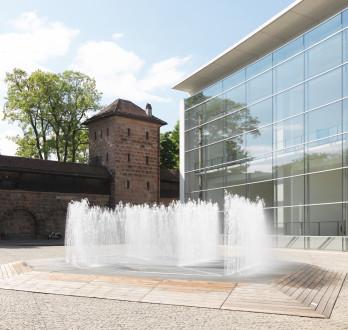 """Jeppe Hein, """"Hexagonal Water Pavilion"""", 2007, Erworben 2013 von der Museumsinitiative Freunde und Förderer des Neuen Museums e. V. - Foto: Neues Museum (Anette Kradisch)"""