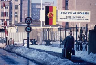 """Checkpoint Charlie"", Blick in Richtung Krausenstraße, 1969 © Stadtmuseum Berlin | Foto: Rolf Goetze"