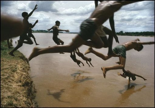 Foto: The Amazon river, Leticia, Amazonas, Brazil, 1966  © Bruno Barbey / Magnum Photos