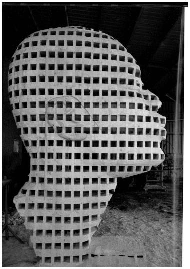 """New breath or Congo budding"", Skulptur im Entstehen, 2017 (© Aimé Mpane)"